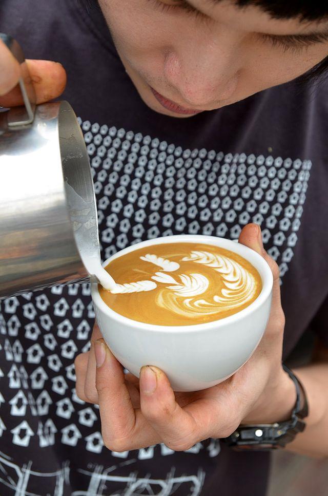 640px-Latte_at_Doppio_Ristretto_Chiang_Mai_02