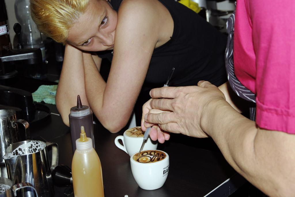 A latte rajzok oktatása, már a tejhab készítés betanulása alatt is elindult, jó volt látni, hogy melyik habbal lehet dolgozni és melyikkel esélytelen.