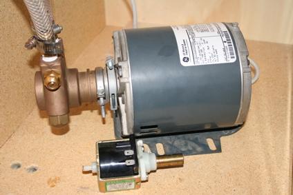 A fotó két pumpa látható. A nagyobbik (szürke) egy rotációs presszógép pumpa. Ilyet és hasonlókat használnak vendéglátói gépekben. Ott előtte az a kis fekete bigyó pedig egy vibrációs ULKA pumpa, amilyen az otthoni gépezetekben található. Nem egy és ugyanaz a kategória és szerintem könnyen belátható - akár a működési elv részletes kitárgyalása nélkül is - hogy egy ULKA nem ugyanolyan nyomásprofillal dolgozik.